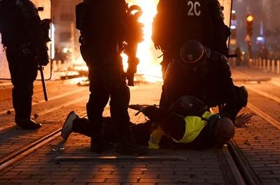 仏「黄色いベスト」デモ、1723人を拘束 8日の参加者は13万人超