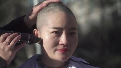 動画:中国当局に拘束された弁護士の妻ら、髪をそって抗議 無法状態を非難
