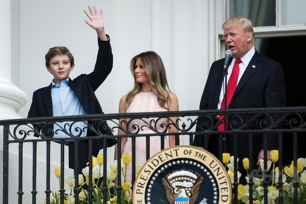 トランプ氏の妻子が今夏に首都へ引っ越し、息子は近郊の学校へ
