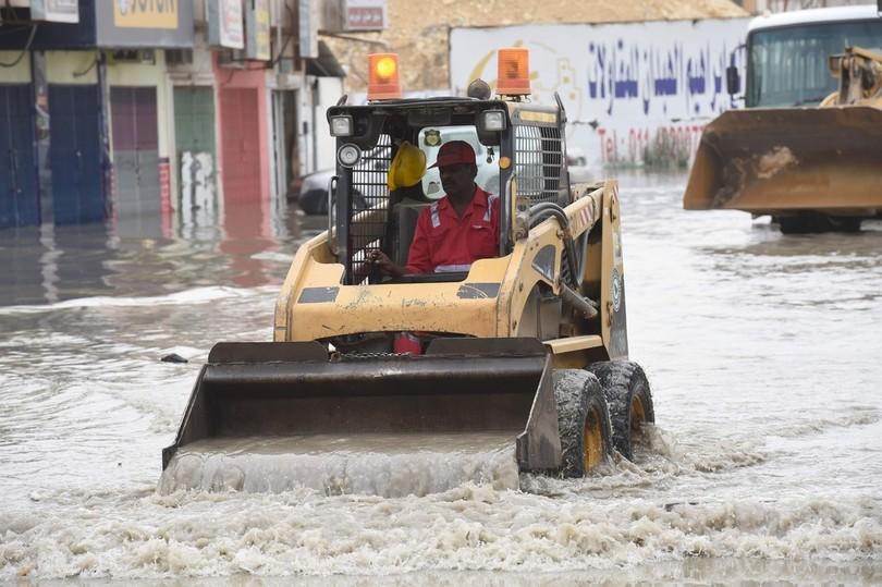 砂漠の国サウジ、首都で洪水が発生