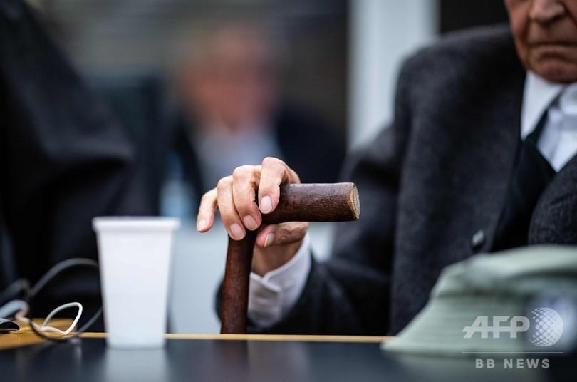 94歳の元ナチス親衛隊員の公判始まる、法廷で涙も ドイツ