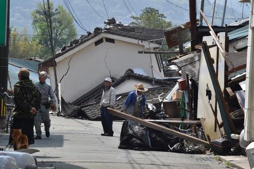 熊本・益城町、各地に倒壊家屋