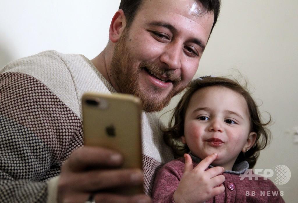「爆発したら、笑おう」 内戦続くシリアで幼い娘に父が教えた悲しきゲーム