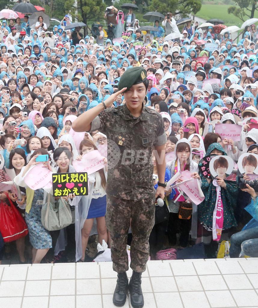 「超新星」のユナク除隊、日本のファンら2000人集合 韓国