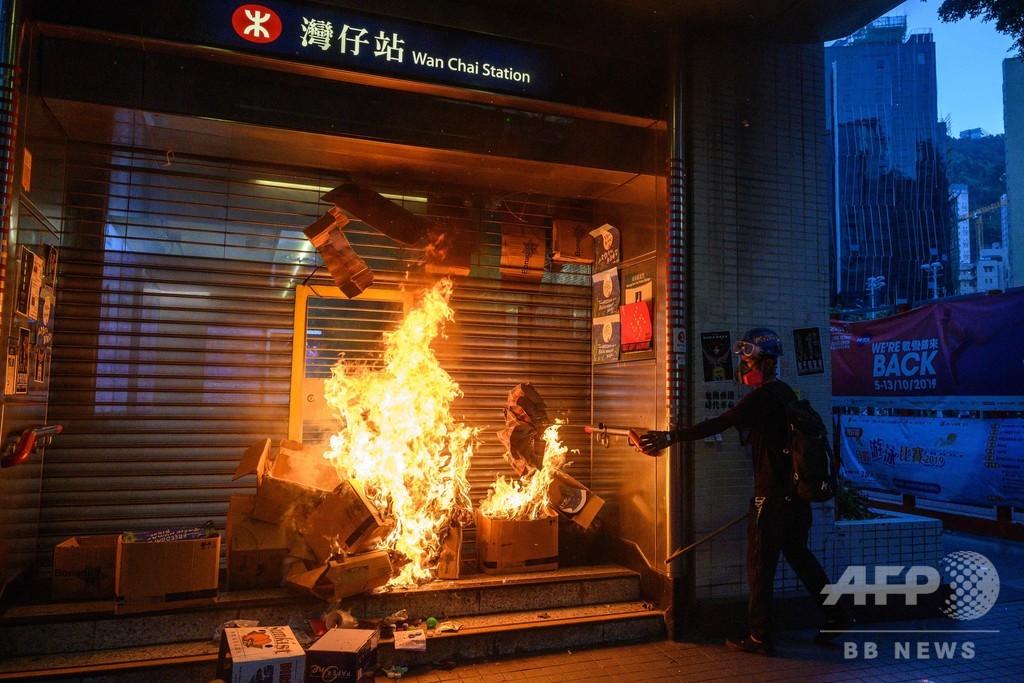 香港、無許可のデモに数万人 火炎瓶や投石も 再び混乱広がる