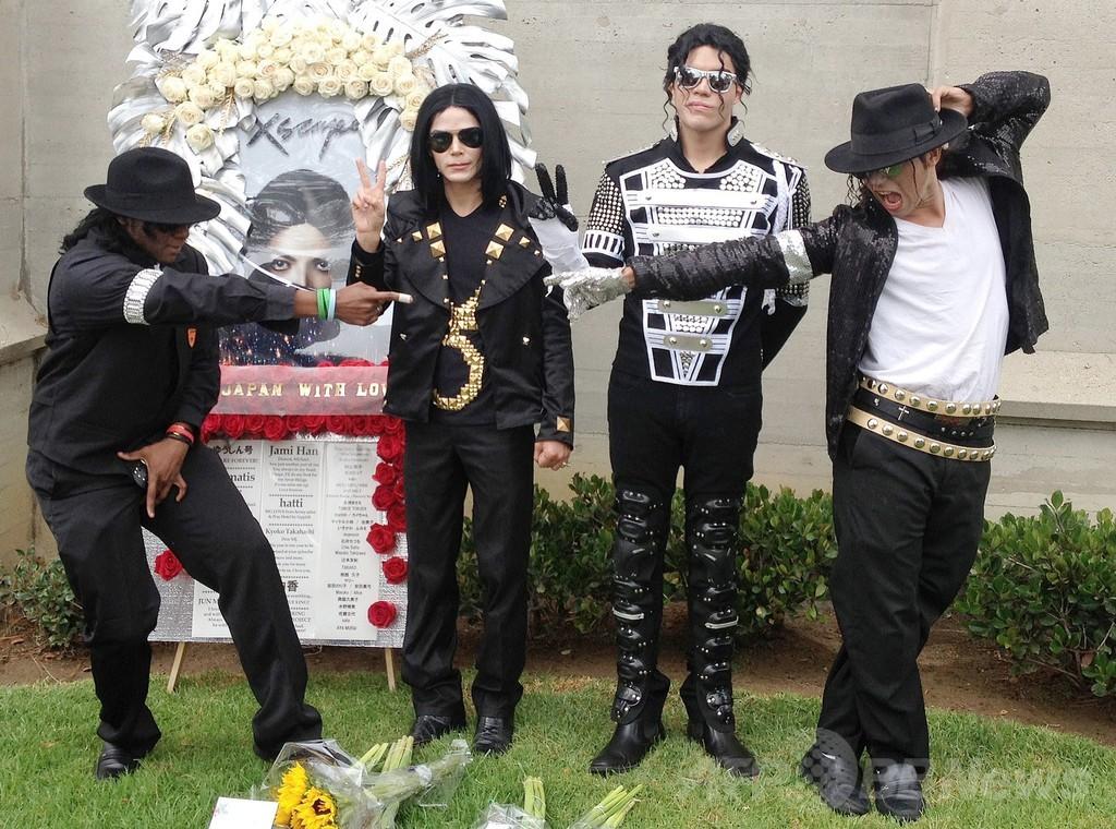 M・ジャクソンさん没後5年、ファンが墓前で追悼