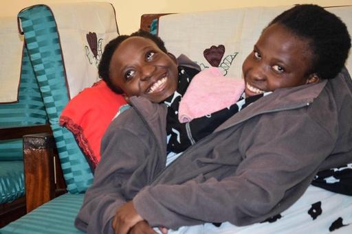 腹部がつながった大学生姉妹、21歳で死去 タンザニア