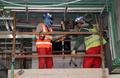 2022年サッカーW杯カタール大会のスタジアム建設現場で働く労働者(2018年2月6日撮影)。(c)AFP/KARIM JAAFAR