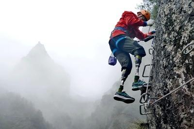 両足義足の70歳男性、岩登りに挑む 中国・浙江