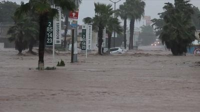 動画:メキシコ西部で豪雨による洪水