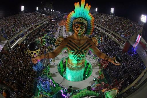 リオのカーニバル、名門サンバスクールの熱き戦い