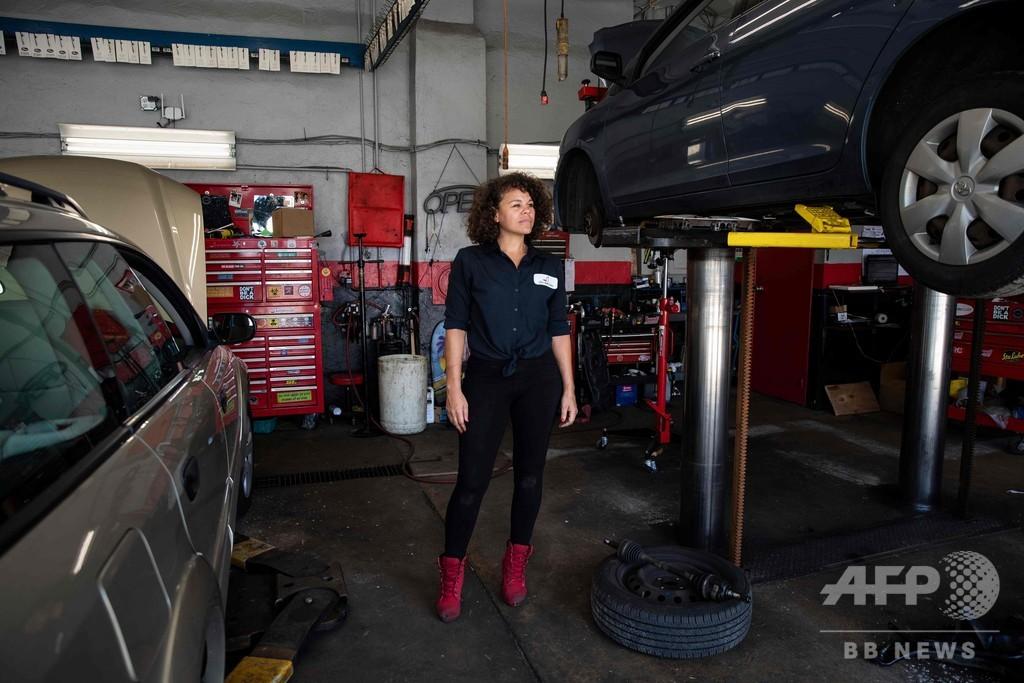 整備士は女性たち、米フィラデルフィアの「ガールズ・オート・クリニック」