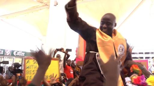 動画:今年の「世界最優秀の先生」はケニアの中学教師 帰国後生徒ら大歓迎
