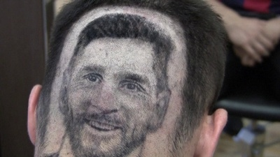 動画:W杯に向けた最旬は「ヘアタトゥー」? 頭にメッシの顔描くセルビアの理髪師
