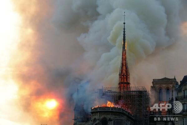 仏ノートルダム寺院で大規模火災 尖塔が崩壊