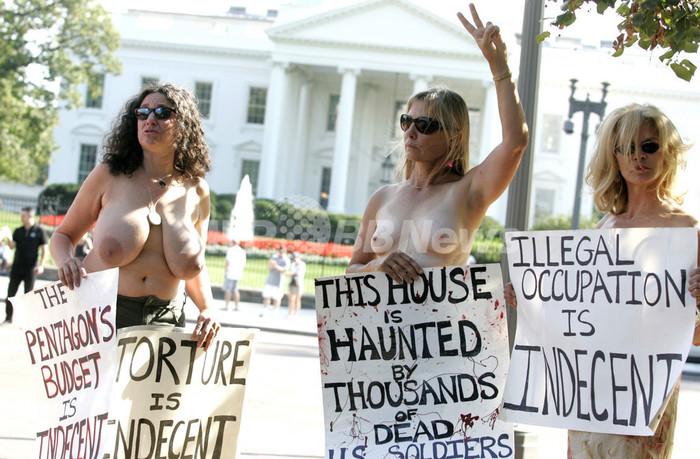 爆弾よりトップレスパワー!? イラク戦争に抗議活動