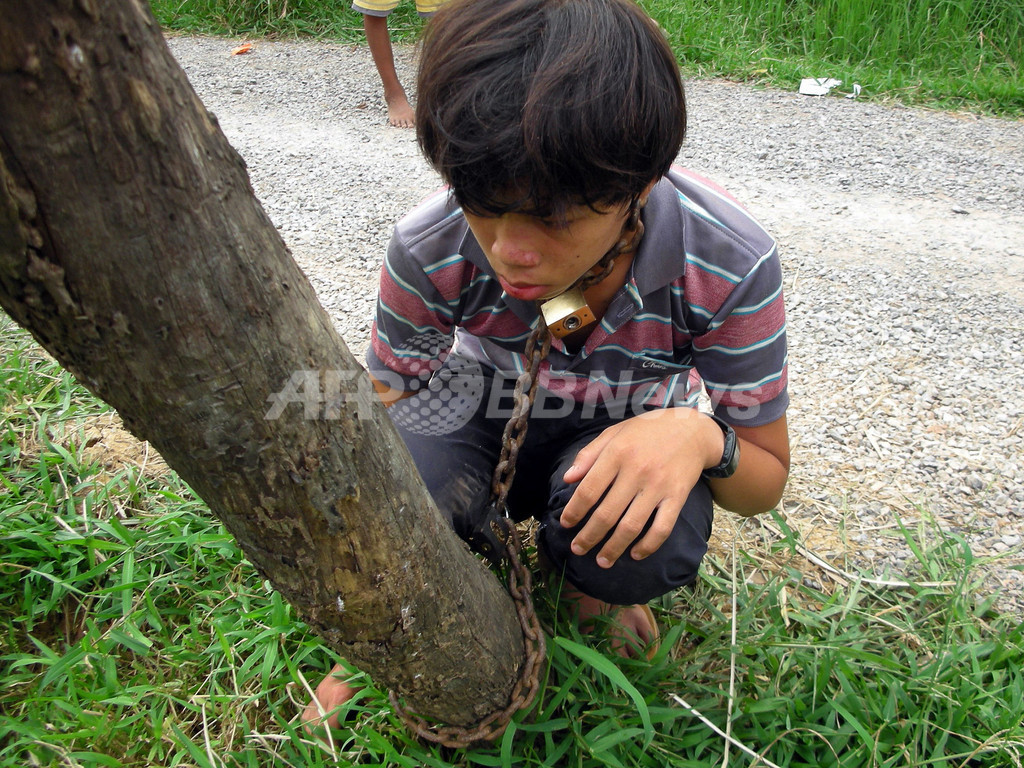 学校サボってネットゲーム、息子を電柱に鎖でつなぐ カンボジア