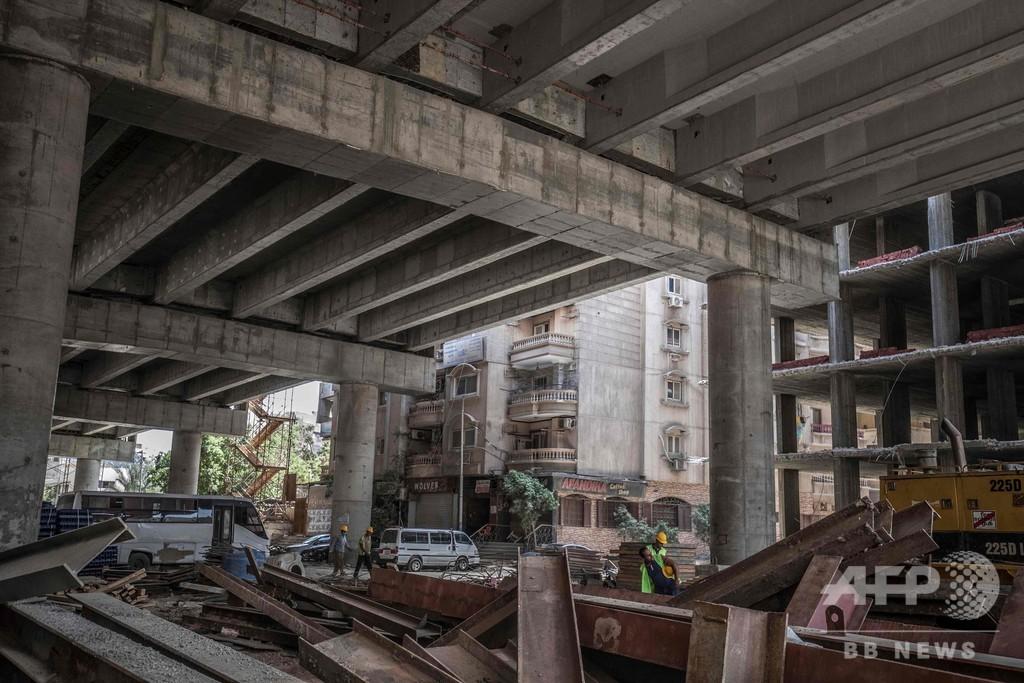 運転者にお茶出せる? バルコニー至近に高架道路建設で物議 エジプト
