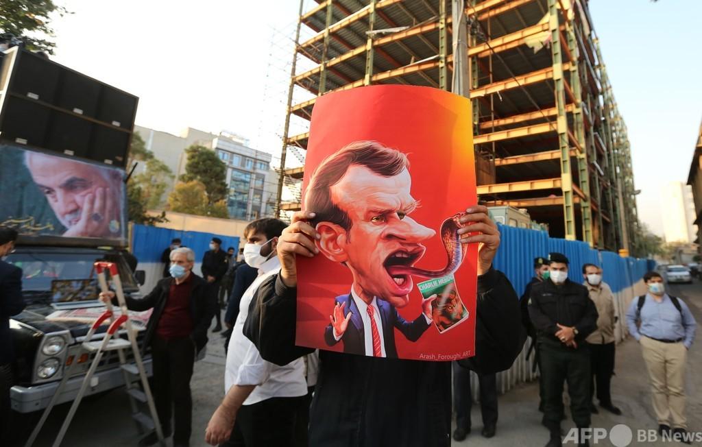 イラン最高指導者、マクロン氏の風刺画擁護は「愚行」