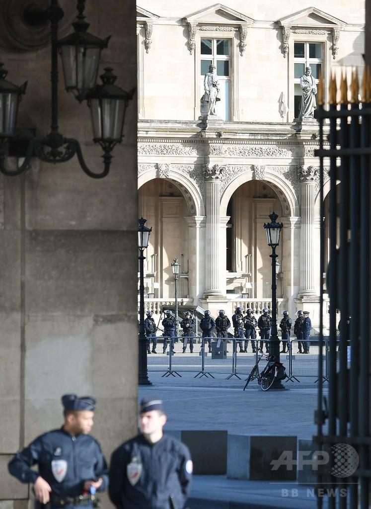 仏ルーブル美術館で刃物男が襲撃、兵士が発砲