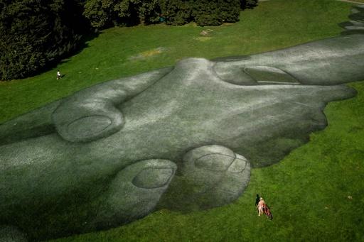 難民支援に「手をつなぐ」巨大アート登場 スイス