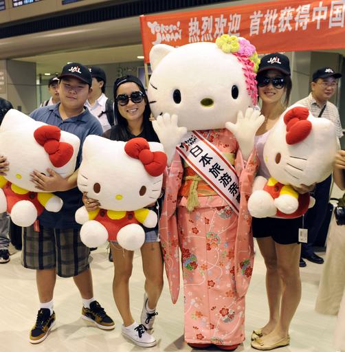 中国から個人観光ビザ第1陣到着、ハローキティが出迎え