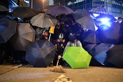 【写真特集】過去数十年で最大の抗議活動、デモ隊と警官隊の衝突で揺れる香港