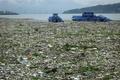 汚染が深刻な長江、大量のごみを撤去 中国・湖北省
