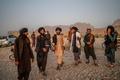 歌い踊るタリバンの若者 アフガニスタン
