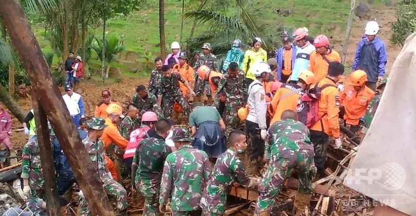 インドネシアで土砂崩れ、15人死亡 不明者数十人の捜索続く