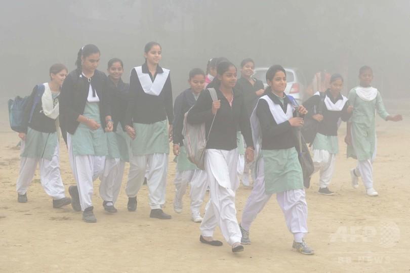 深刻な大気汚染に見舞われる印首都、学校が再開に 一部の親は反発