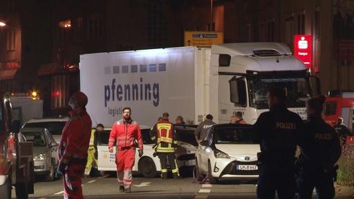動画:男がトラック盗み、信号待ちの車列に突入 17人負傷 ドイツ 現場の映像