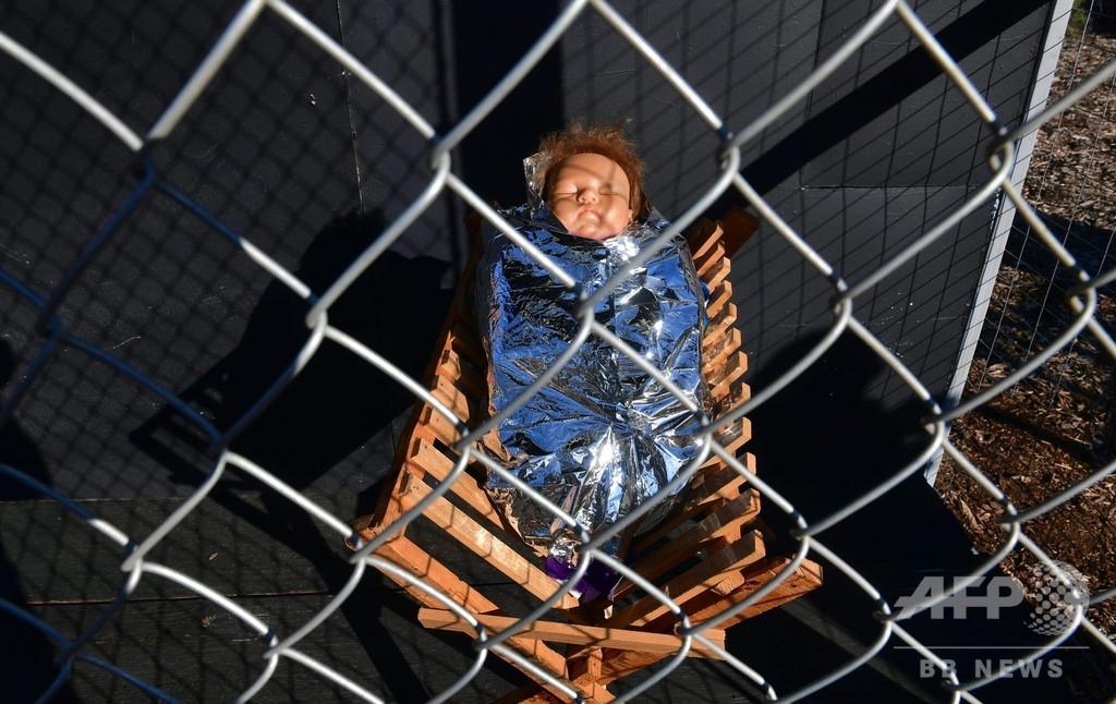 聖家族が別々のおりの中に…キリスト降誕人形で難民の窮状訴え、米教会