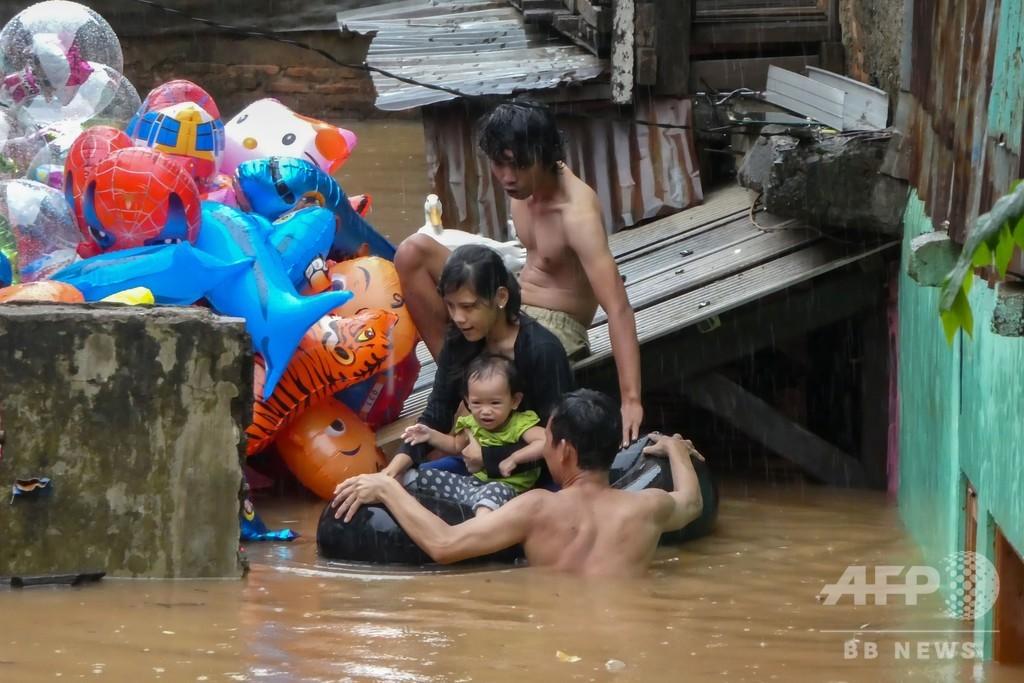 新年の洪水で9人死亡 インドネシア首都