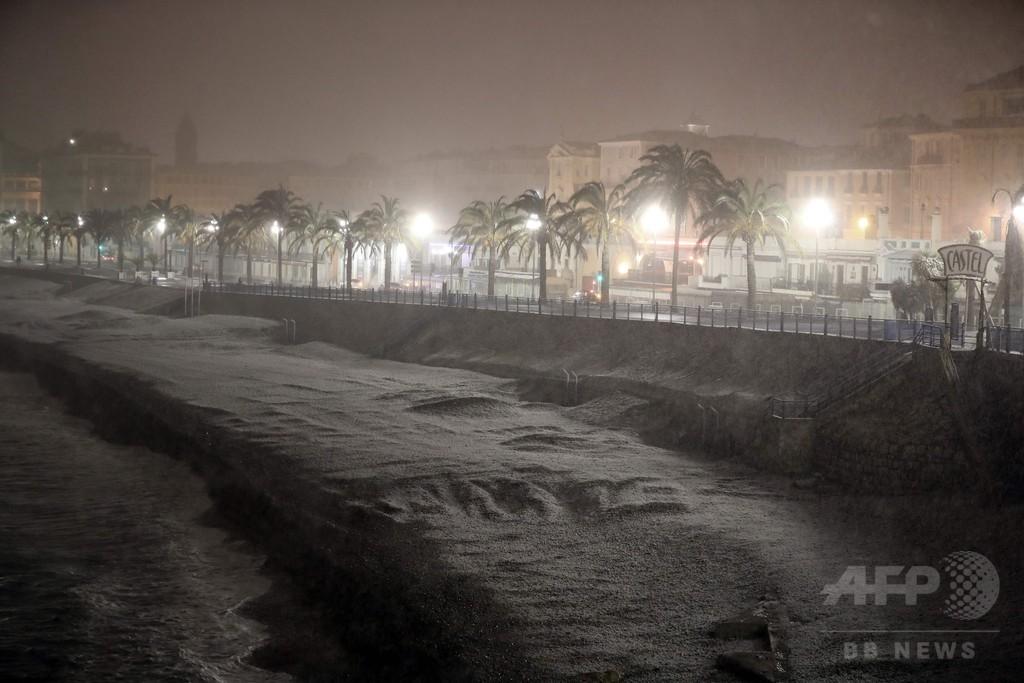 南仏ニースのビーチも銀世界に…欧州見舞った寒波の影響で
