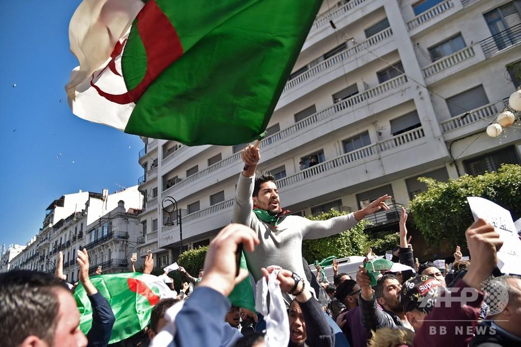 アルジェリア大統領選、現職の5選出馬めぐり数万人が抗議デモ