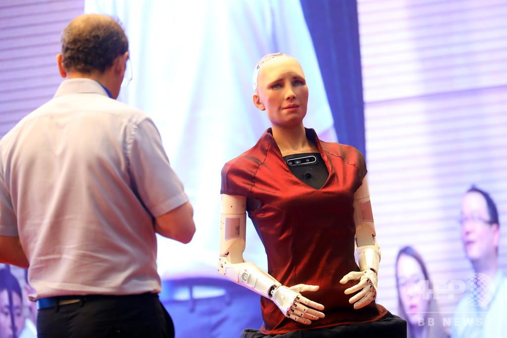 世界初のロボット市民「ソフィア」 英語スピーチコンテストで審査官に