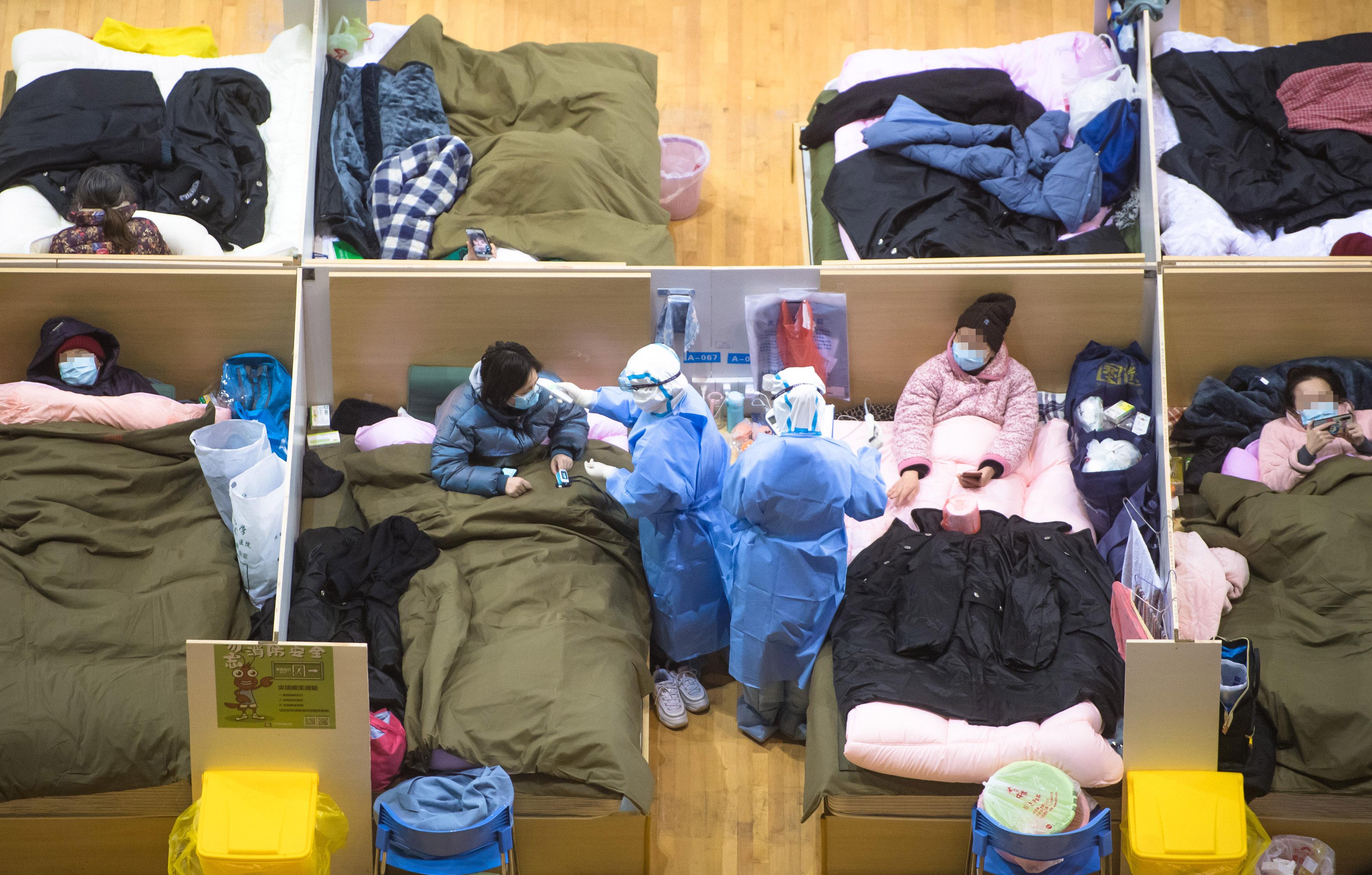 体育センターを改造した臨時病院の夜 中国・武漢市