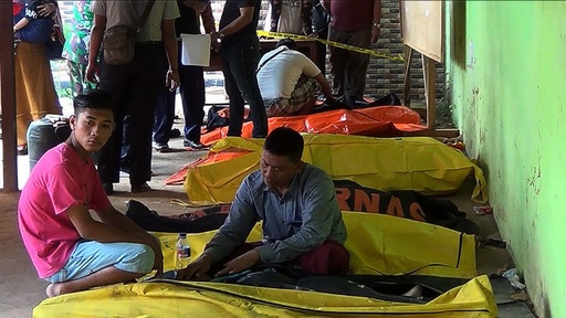 動画:インドネシア・ジャワ島沖でフェリー沈没、18人死亡 定員超過か 現場の映像