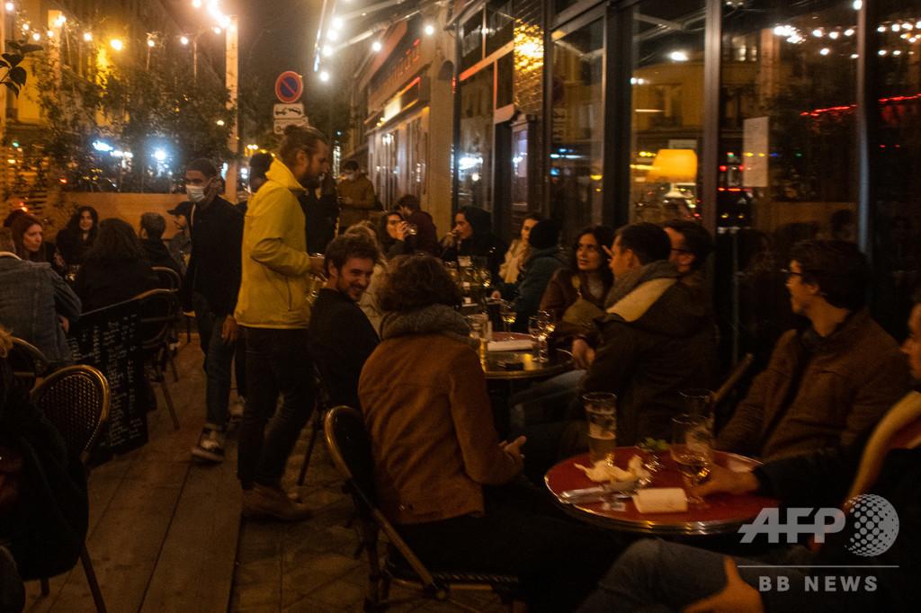 仏主要都市で夜間外出禁止令、前夜のパリは大みそかムードに