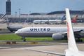 米航空機が緊急着陸、乗客16時間機内に缶詰め 寒さでドア凍った?