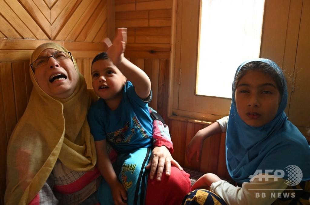 カシミール衝突で民間人死亡、インド治安要員が遺体に孫座らせ写真撮影か