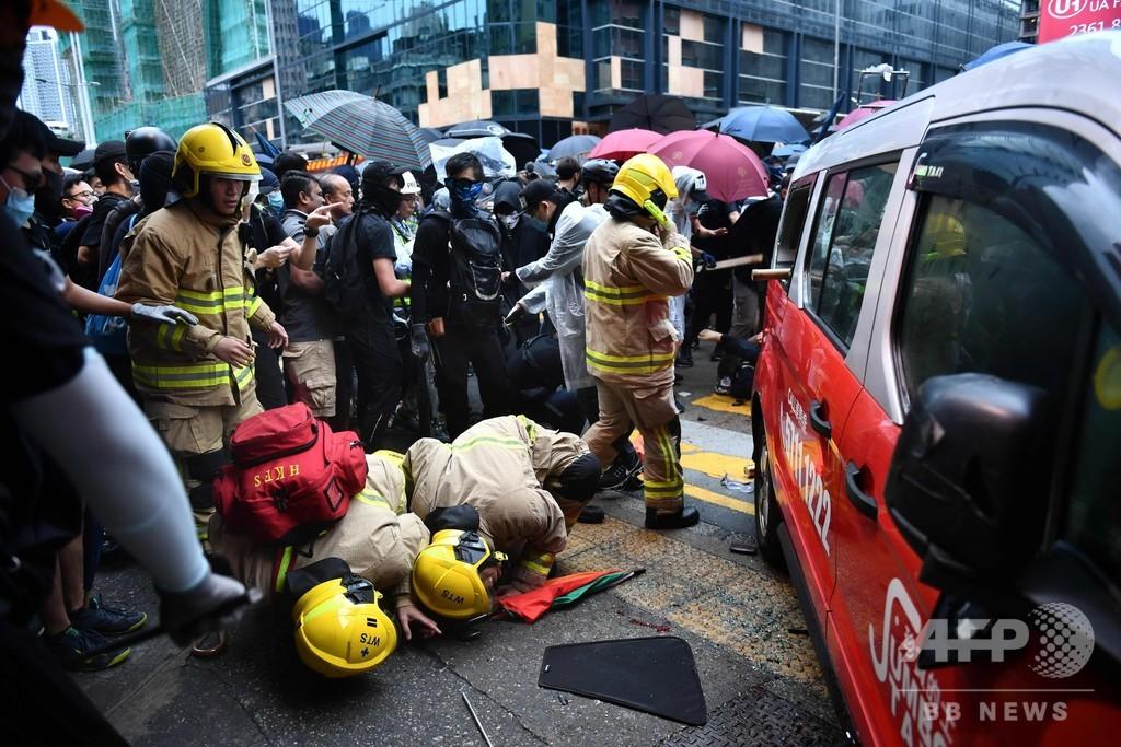 タクシー突っ込みデモ参加者が負傷、運転手は袋だたきに 香港