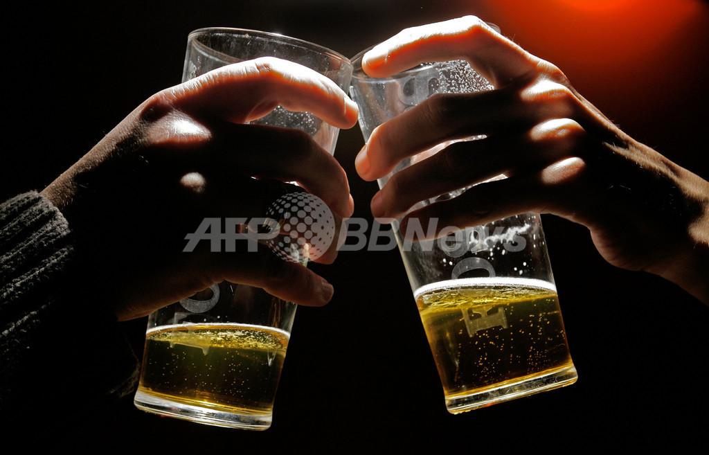 10代の子どもには自宅で飲酒させるべき、英研究