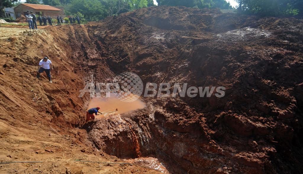 埋蔵金求め無許可で掘削、現場は大混乱 パラグアイ