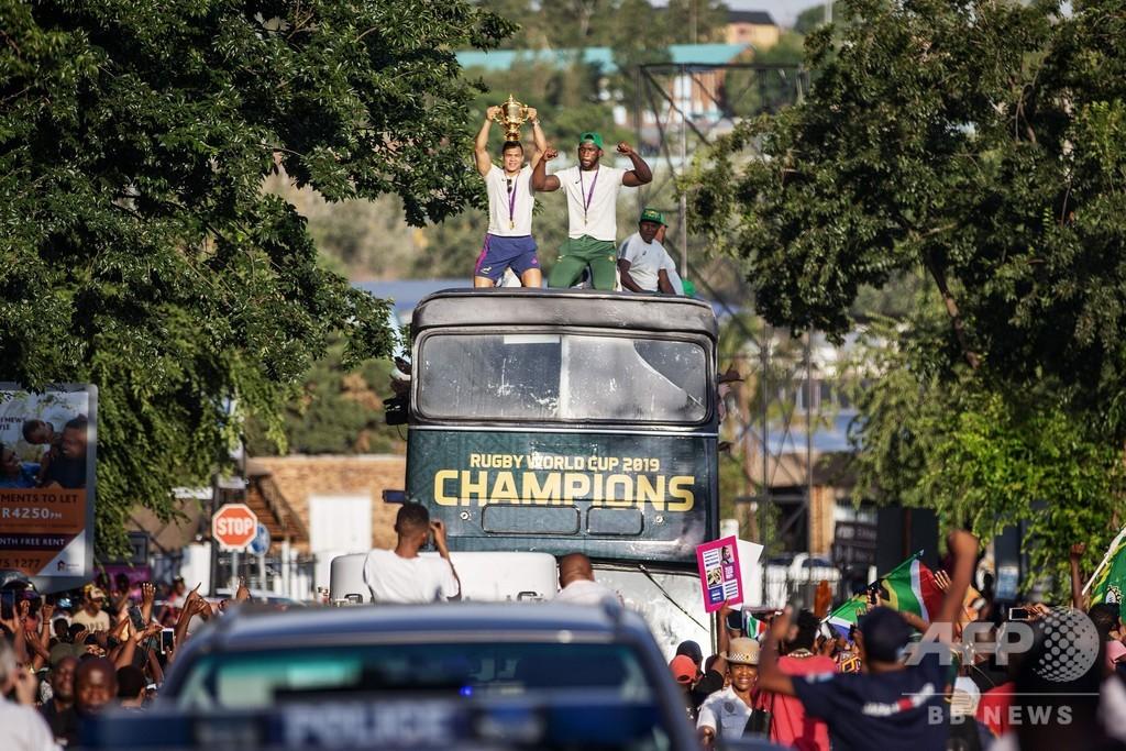 W杯王者の南アが優勝パレードツアーを開始、黒人居住区もルートに