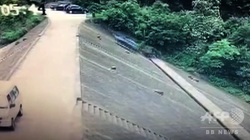 自動車がダムの堤防を100メートル滑落、車上の二人は安全ベルトで無事 中国・浙江省