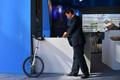 一輪車が仕事の「足」です 中国・雲南の公務員