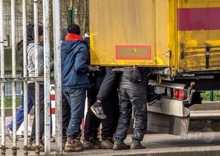 冷蔵トラックに2歳児含む26人の移民 フランス