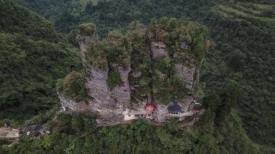 大きな「手のひら」が山中に露出 貴州省の七柱山